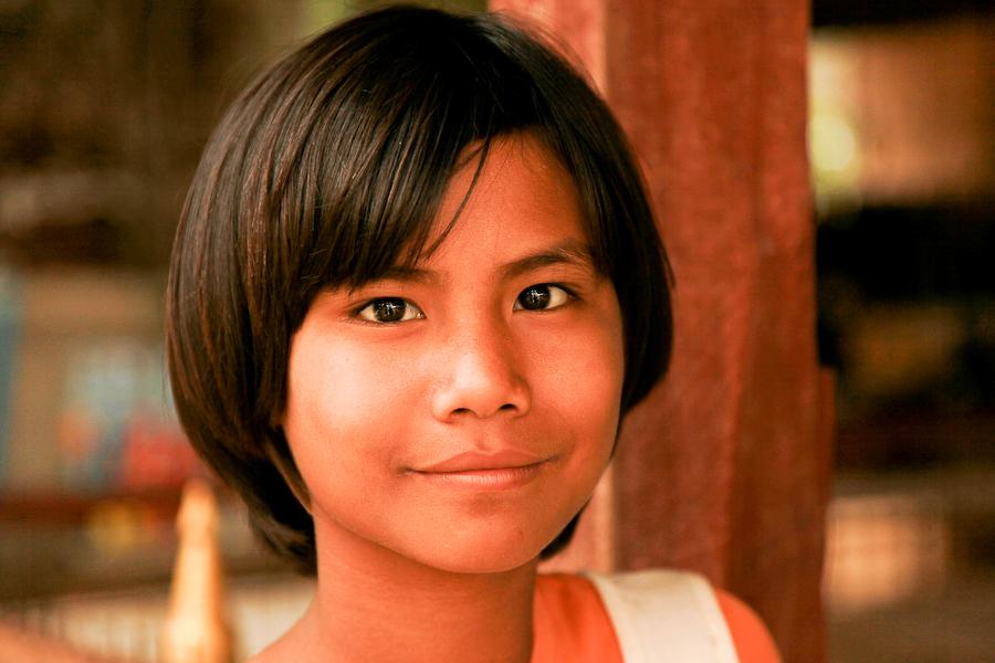 Birmanie, Bagan, jeune fille, juillet 2009