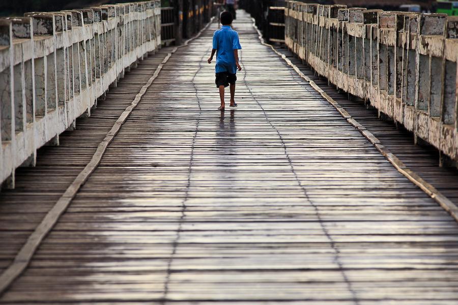 Birmanie, région de Mandalay, Enfant sur le pont d'U-Bein, juillet 2009